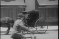 Jonge mensen na auto onderaan straat stock videobeelden