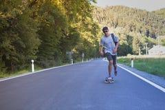 Jonge mensen op de weg met longboard Royalty-vrije Stock Foto