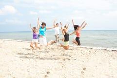 Jonge mensen op het strand stock fotografie
