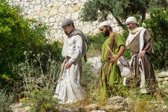 Jonge mensen in periodekostuum op een terras in Nazareth Village Isr stock foto's