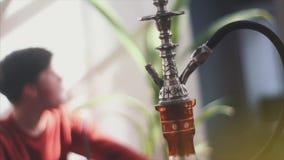 Jonge mensen rokende waterpijp stock video