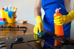 Jonge Mensen in rubber beschermend het schoonmaken en poetsmiddelkooktoestel zwart stock afbeelding
