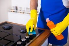 Jonge Mensen in rubber beschermend het schoonmaken en poetsmiddelkooktoestel zwart royalty-vrije stock afbeeldingen