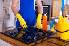 Jonge Mensen in rubber beschermend het schoonmaken en poetsmiddelkooktoestel zwart stock afbeeldingen