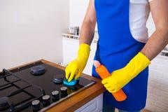 Jonge Mensen in rubber beschermend het schoonmaken en poetsmiddelkooktoestel zwart stock foto's