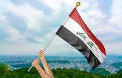 Jonge mensen` s handen die trots de nationale vlag van Irak in de hemel, deel het 3D teruggeven golven Royalty-vrije Stock Afbeelding