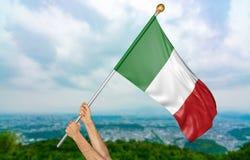 Jonge mensen` s handen die trots de nationale vlag van Italië in de hemel, deel het 3D teruggeven golven Royalty-vrije Stock Afbeeldingen
