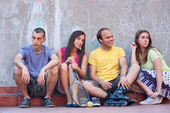 Jonge mensen samen in openlucht Royalty-vrije Stock Fotografie