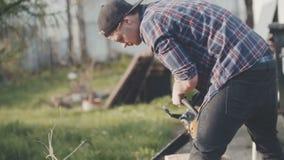 Jonge mensen scherp hout stock footage