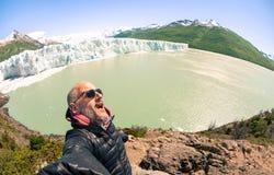 Jonge mensen solo reiziger die selfie in Perito glaciar Moreno nemen stock afbeelding