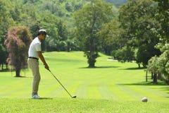 Jonge mensen speelgolf op een mooie natuurlijke golfcursus stock afbeeldingen
