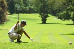 Jonge mensen speelgolf op een mooie natuurlijke golfcursus royalty-vrije stock afbeelding