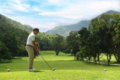 Jonge mensen speelgolf op een mooie natuurlijke golfcursus royalty-vrije stock foto's