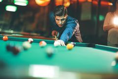 Jonge mensen speelpool royalty-vrije stock fotografie