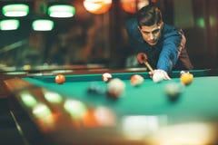 Jonge mensen speelpool royalty-vrije stock afbeeldingen
