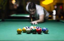 Jonge mensen speelpool in bar stock afbeeldingen