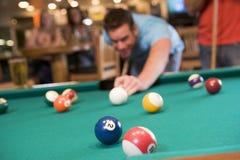 Jonge mensen speelpool in een staaf Royalty-vrije Stock Foto