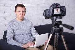 Jonge mensen videoblogger die nieuwe video thuis registreren stock foto