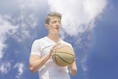 Jonge Mensenbasketbal Stock Foto