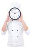Jonge mensenchef-kok in de eenvormige klok van het holdingsbureau achter zijn gezicht i Stock Afbeelding