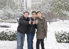 Jonge mensenduimen omhoog in sneeuw Royalty-vrije Stock Afbeelding