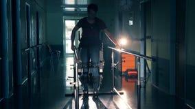 Jonge mensengangen bij een kliniek, tijdens een therapie Moderne medische technologieën stock videobeelden