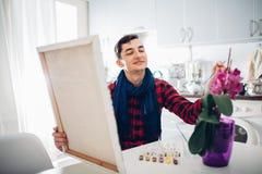 Jonge mensenkunstenaar die thuis het creatieve schilderen schilderen royalty-vrije stock afbeelding