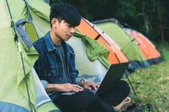 Jonge mensenlaptop koffie het kamperen tent royalty-vrije stock afbeelding