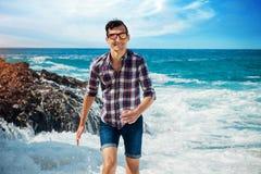 Jonge mensenlooppas vanaf golven op het strand Stock Fotografie