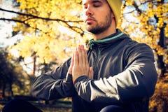 Jonge mensenmeditatie in aard Gesloten ogen stock afbeeldingen