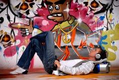 Jonge mensenmuziek, graffitimuur Royalty-vrije Stock Fotografie