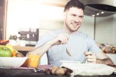 Jonge mensenontbijt royalty-vrije stock fotografie