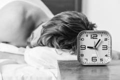 Jonge mensenontwaken in bed en het uitrekken van zijn wapens De mensenogen zijn gesloten met ontspanning Mannelijk mensenondergoe stock foto