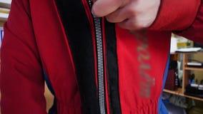 Jonge mensenpit omhoog het beschermende kostuum Aërodynamische buis stock video