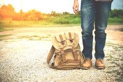 Jonge mensenreiziger met het concept van de rugzakreis Stock Afbeeldingen