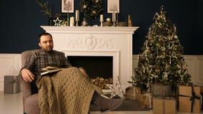 Jonge mensenslaap als voorzitter op Kerstmisavond Boring Kerstmisconcept stock video
