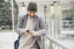 Jonge mensensmartphone Stock Foto's