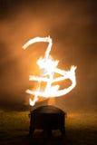 Jonge mensenspelen met brand Royalty-vrije Stock Fotografie