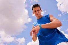 Jonge Mensensporten die Fitness de Stappenteller opleiden van Fitwatch Royalty-vrije Stock Fotografie
