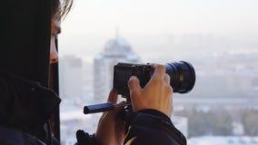 Jonge mensenspruiten op een compacte camera op een driepoot stock footage