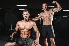 Jonge mensentrein bij de de levensstijl sexy Kaukasische mens van de gymnastiekgezondheidszorg Royalty-vrije Stock Afbeelding