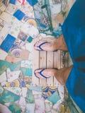 Jonge mensenvoeten op trencadisvloer met wipschakelaars en swimwear Royalty-vrije Stock Afbeeldingen
