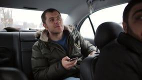Jonge Mensenzakenman het berijden in auto stock footage