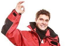 Jonge mensenzeeman in rood windjasje sailing royalty-vrije stock foto's