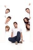 Jonge mensenzitting en vrienden reclame Stock Fotografie