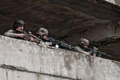 Jonge militair op patrouille Stock Afbeeldingen