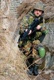 Jonge militairen met kanonnen Stock Afbeeldingen