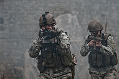 Jonge militairen op patrouille royalty-vrije stock afbeelding