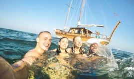 Jonge millennial vrienden die selfie en bij het varen boot overzeese reis zwemmen - Rijke kerels en meisjes die pret in de dag va royalty-vrije stock foto's