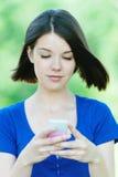Jonge mobiele meisje van het portret het vrij Stock Afbeeldingen